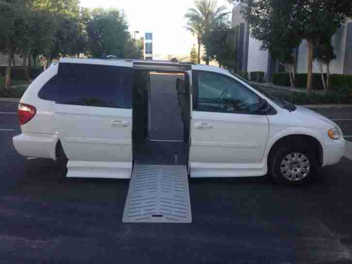 2006 Chrysler Town and Country handicap Van