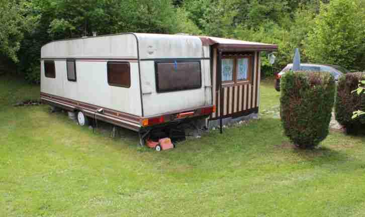 b rstner wohnwagen mit fest ausgebautem wohnwagen. Black Bedroom Furniture Sets. Home Design Ideas