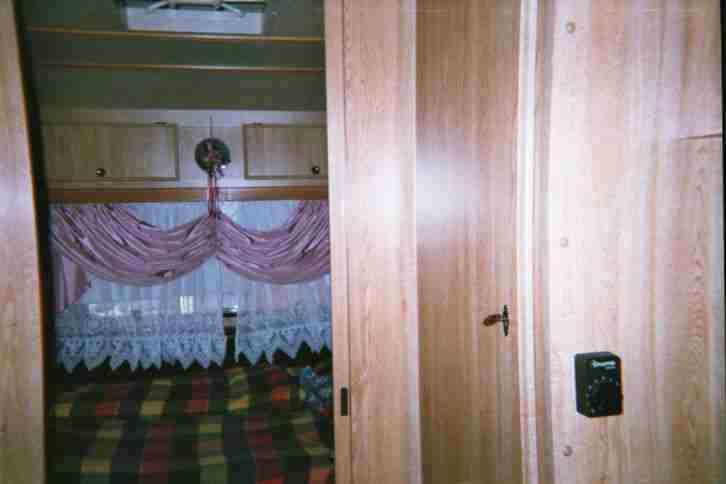 wohnwagen tec mit angebauter gro er wohnwagen. Black Bedroom Furniture Sets. Home Design Ideas
